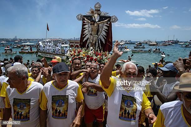 The faithful carry the image of Bom Jesus dos Navegantes from a boat to the Boa Viagem church at Boa Viagem beach in Salvador Bahía Brazil on January...