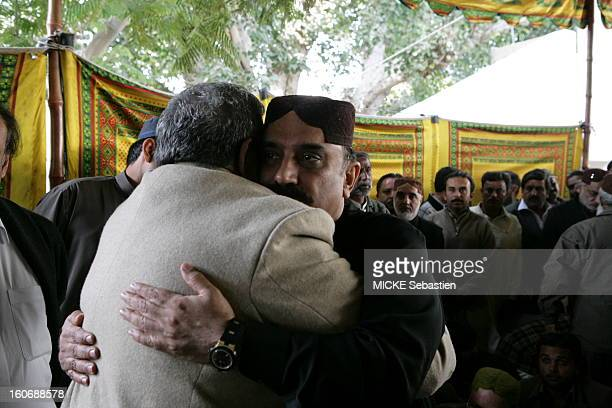 The faithful of the PPP presendant their condolences to Asif Ali Zardari, husband of Benazir Bhutto, the premises of the seat in Larkana.