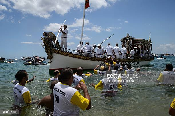 The faithful wait for the image of Bom Jesus dos Navegantes to be unloaded from a boat to the Boa Viagem beach in Salvador Bahía Brazil on January 1...