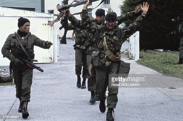 The Falklands War in Port Stanley GrandeBretagne in April 1982 British Soldiers Prisoners of Argentinean Soldiers
