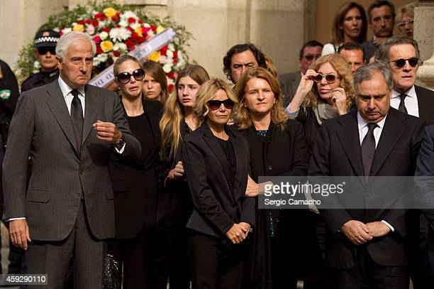 The family of Spain's Duchess of Alba look on as the coffin arrives to the Town Hall on November 20 2014 in Seville Spain Maria del Rosario Cayetana...
