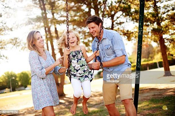 Die Familie, die gemeinsam Spaß spielen