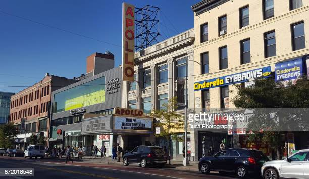 the famous apollo theater along 125th street in harlem, manhattan, new york city. the apollo became legendary during the 'harlem renaissance' days in the 1920s and 1930s. - black history fotografías e imágenes de stock