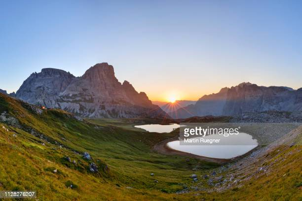 the famous bödenseen lakes (laghi dei piani) and the mountain innichriedlknoten near the tre cime di lavaredo (drei zinnen) at sunrise. unesco world heritage site. - 世界遺産 ストックフォトと画像