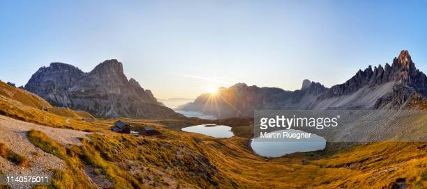 the famous bödenseen lakes (laghi dei piani) and the mountain innichriedlknoten near the tre cime di lavaredo (drei zinnen) at sunrise. unesco world heritage site. - veneto stock pictures, royalty-free photos & images