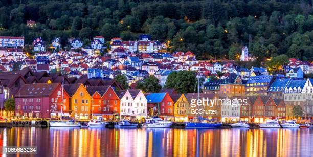 el famoso bryggen - bergen, noruega. - noruega fotografías e imágenes de stock