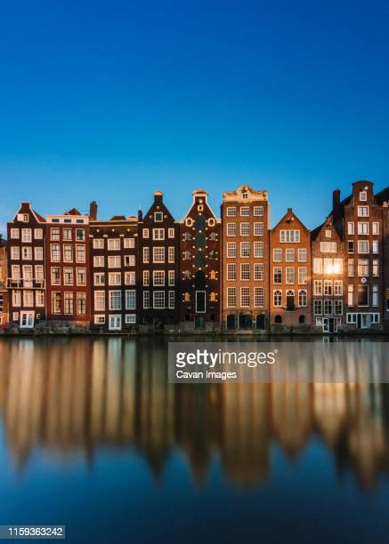 the famous dancing houses in amsterdam - amsterdam photos et images de collection