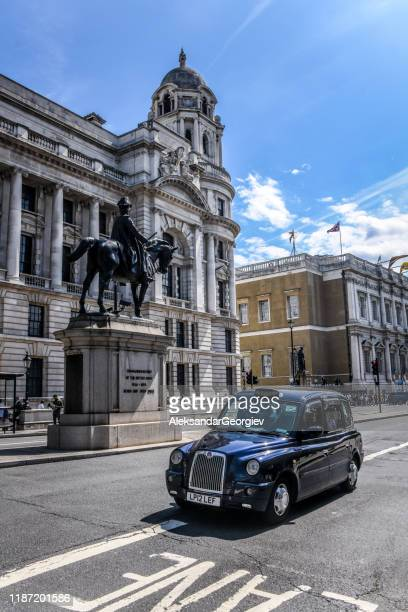 den berömda london cab och staty av hertigen av cambridge - duke bildbanksfoton och bilder