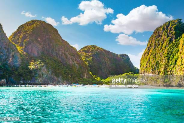 the famous maya bay, phi phi islands, thailand. - thaïlande photos et images de collection