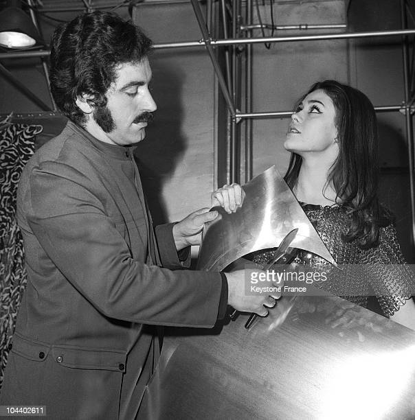 The fashion designer Paco RABANNE with a young covergirl Corinne PICCOLI He was carrying out a demonstration of metalcutting in front of her