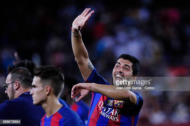The FCBarcelona forward Luis Suárez greeting the supporters after win the FCBarcelona vs Unione Calcio Sampdoria Joan Gamper Trophy at Nou Camp on...