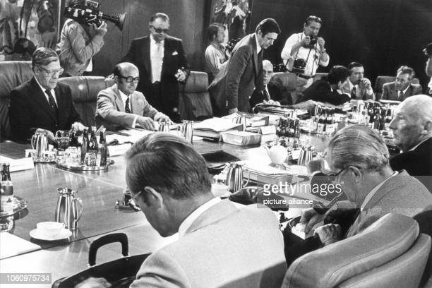 The federal cabinet meets on the 26th of July in 1978 for talks about trade cycle and fiscal policy. Back from left: Chancellor Helmut Schmidt, state...