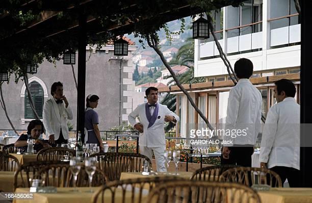 The Federal Socialist Republic Of Yugoslavia Yougoslavie novembre 1975 Vie quotidienne une terrasse d'un restaurant sous une pergola et ses serveurs...
