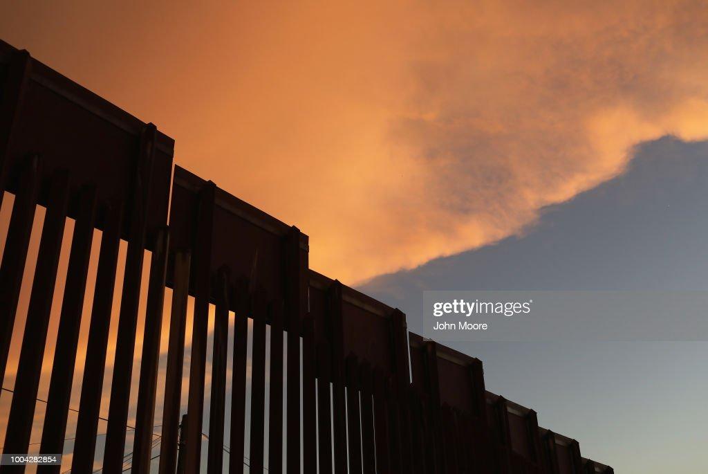 fotos e imagens de night fall on us mexico border getty images