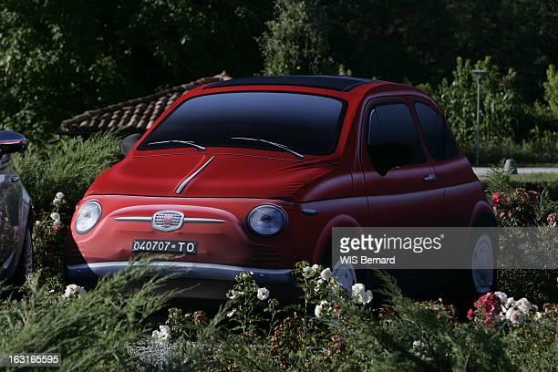 The Fiat 500 La nouvelle FIAT 500 version rouge au milieu de la végétation à BARELLO près de Turin