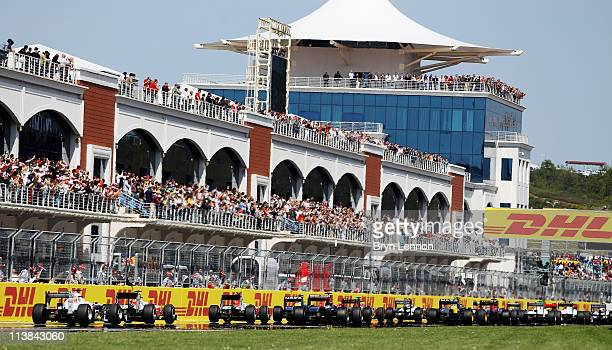 The field gets underway at the start of the Turkish Formula One Grand Prix at the Istanbul Park circuit on May 8, 2011 in Istanbul, Turkey.