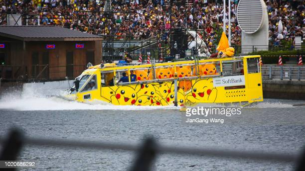 第 5 回「ピカチュウ アウトブレイク」横浜 (2018 年) - 水陸両用バス - interracial cartoon ストックフォトと画像