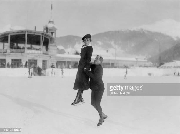 The figure skaters Mrs. Hoffmann and Bruno Grauel on the ice rink in Davos - Vintage property of ullstein bild Published in: Berliner Illustrirte...