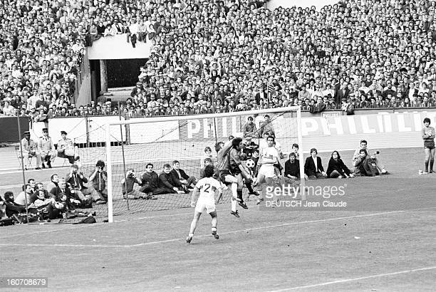 The Finale Of The 1971 French Soccer Cup Between Stade Rennais And Oympique Lyonnais Lors du match sur le terrain sous le regard des spectateurs...