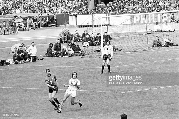 The Finale Of The 1971 French Soccer Cup Between Stade Rennais And Oympique Lyonnais Lors du match sur le terrain devant les buts de l'Olympique...
