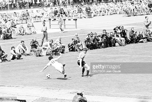The Finale Of The 1971 French Soccer Cup Between Stade Rennais And Oympique Lyonnais Lors du match sur le bord du terrain des photographes assis...