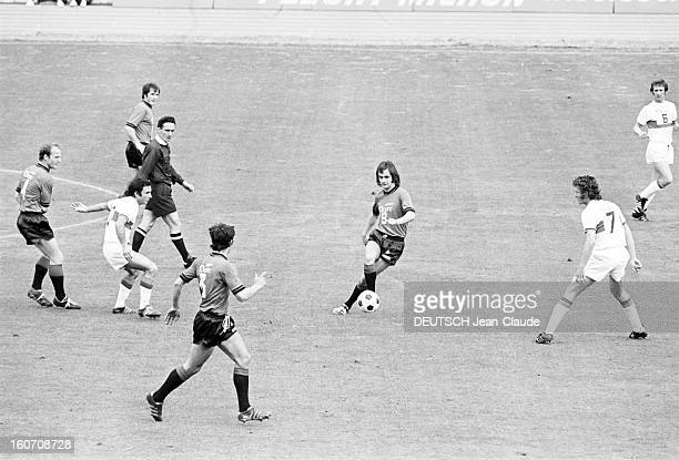 The Finale Of The 1971 French Soccer Cup Between Stade Rennais And Oympique Lyonnais Lors du match sur le terrain un joueur du Stade Rennais passant...