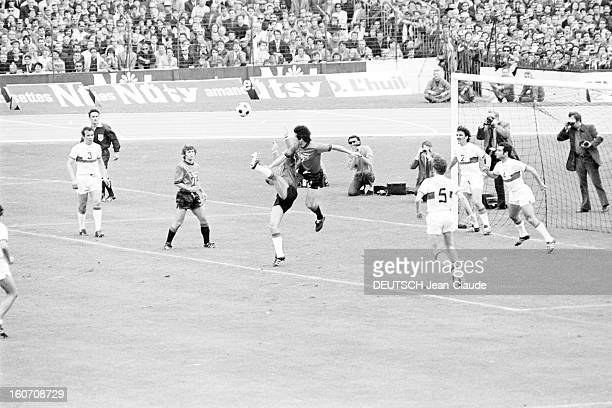 The Finale Of The 1971 French Soccer Cup Between Stade Rennais And Oympique Lyonnais Lors du match sur le terrain sous le regard des spectateurs dans...