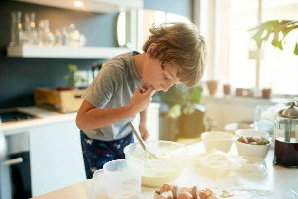 手指舔測試,烤官方的規則 - 焗 預備食物 個照片及圖片檔