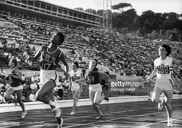The finish line of the women's 100m sprint the American Wilma RUDOLPH the British Dorothy HYMAN the Italian Giuseppina LEONE the Russian Maria ITKINA...