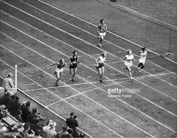 Finish of the second heat of the women's 100 meter dash in the Olympic Games at the Olympic Stadium of Helsinki on July 21 1952 The Russian NADEZHA...