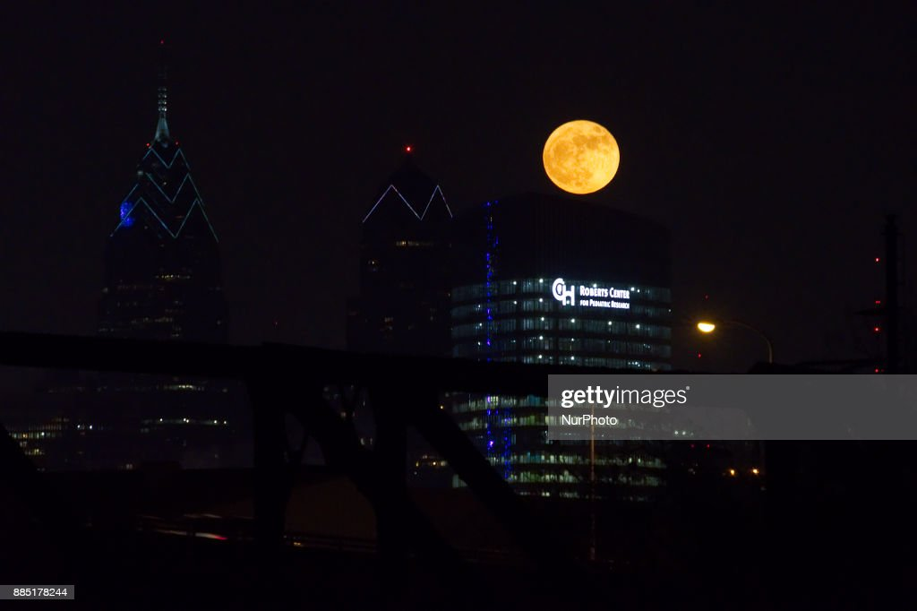 Frost Moon over Philadelphia : News Photo