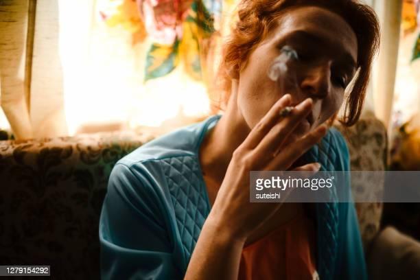 朝の最初のタバコ - ルポルタージュ ストックフォトと画像