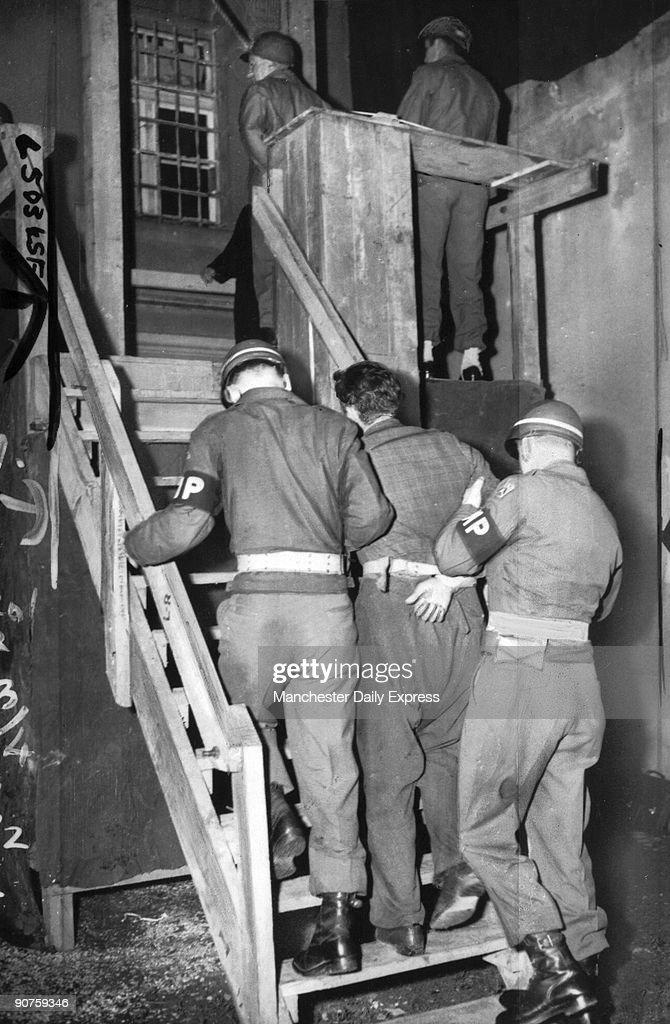 Peter Kohn goes to the scaffold, June 1945. : Fotografía de noticias