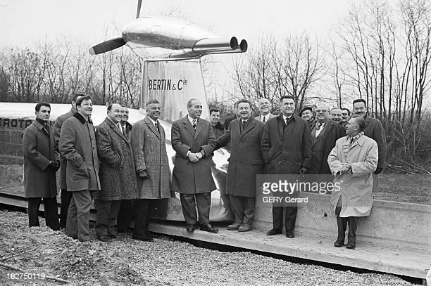 The First Skytrain France le 11 février 1966 lors des premiers essais du prototype d'aérotrain des polytechniciens et des journalistes peuvent...