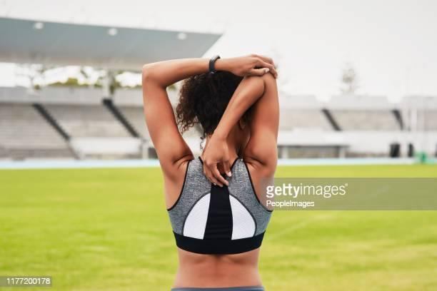 最初のステップはストレッチです - オリンピック選手 ストックフォトと画像