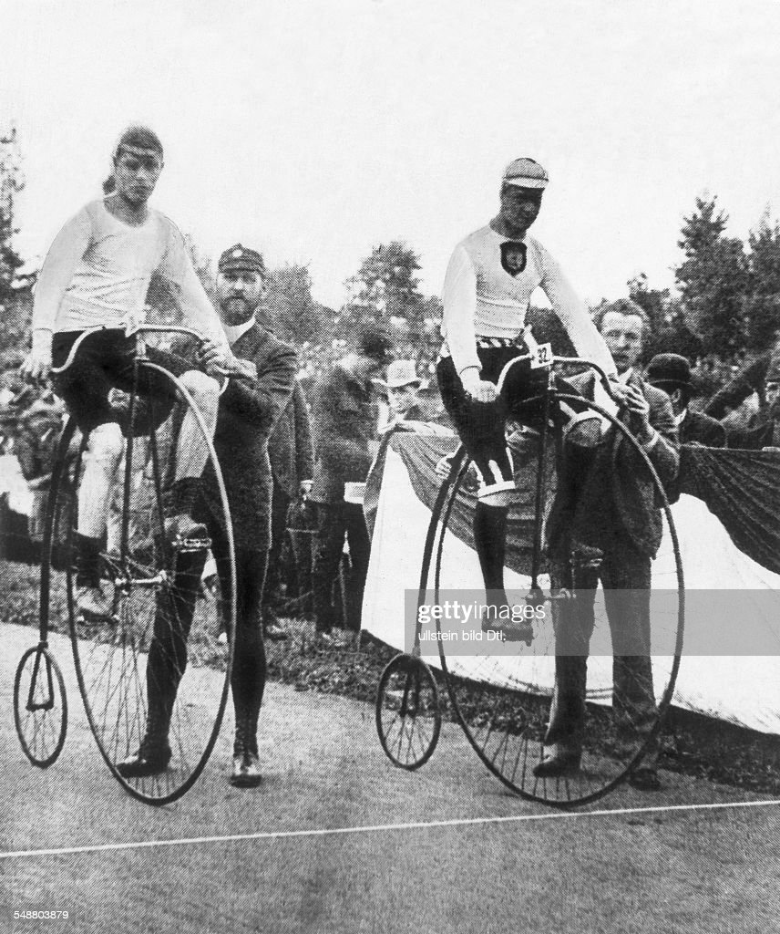 The first world championship cycling race in Berlin, 1889; at right the first world champion August Lehr - reproduction, about 1930  - Published in: 'Berliner Illustrirte Zeitung'; 41/1935  Vintage property of ullstein bild : Photo d'actualité
