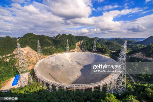 the five-hundred-meter aperture spherical telescope is nestled within a natural basin in china. - province du guizhou photos et images de collection