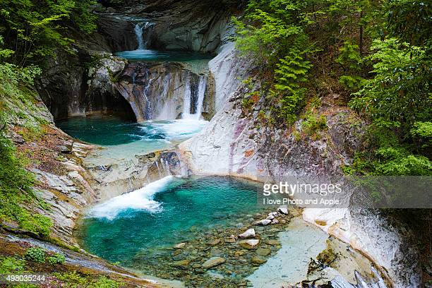 the five-layer waterfall of the nishizawa valley - mois de mai photos et images de collection