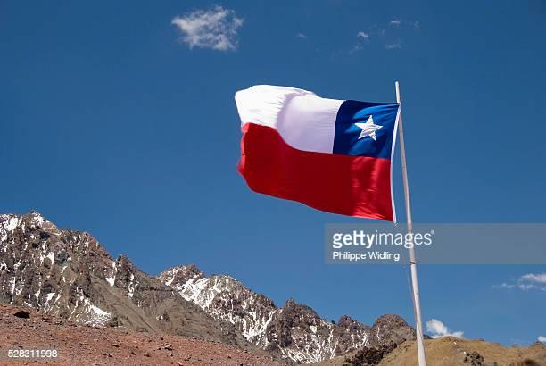 the flag of chile; mendoza argentina - bandiera del cile foto e immagini stock