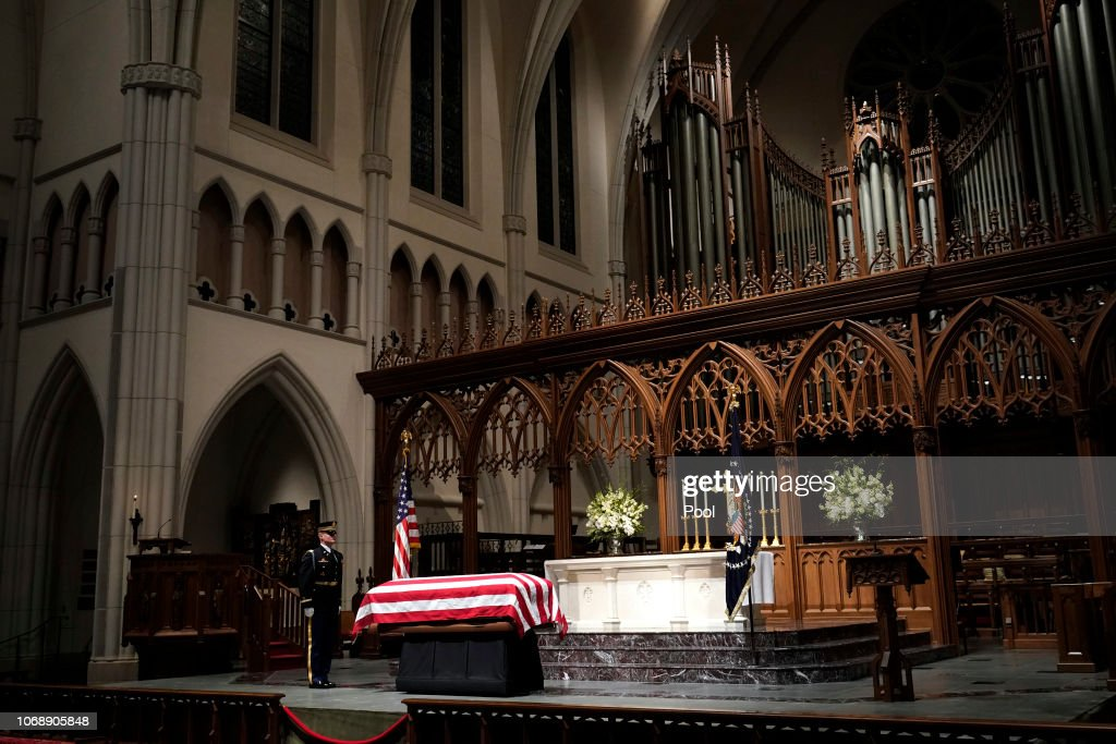 Casket Carrying President George H.W. Bush Arrives To St. Martin's Episcopal Church In Houston : Nachrichtenfoto