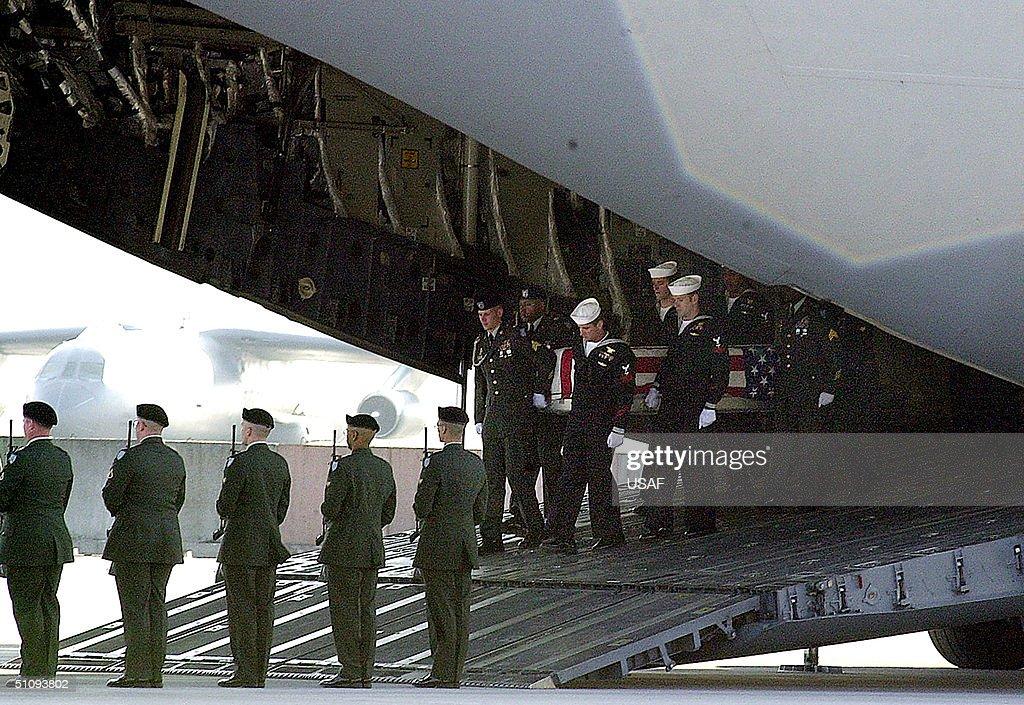 The Flag Draped Coffin Of Chief Petty Officer Matthew J Bourgeois 35 Of Tallahasse Fl : Foto di attualità