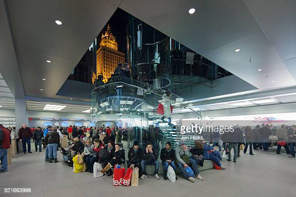 "the flagship apple store, ""the cube"", on 5th avenue. - apple computers stock pictures, royalty-free photos & images"