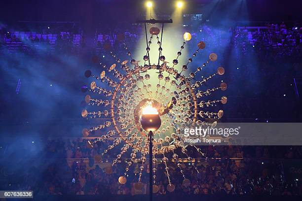 The flame is lowered prior to being extinguished during the closing ceremony of the Rio 2016 Paralympic Games at Maracana Stadium on September 18...