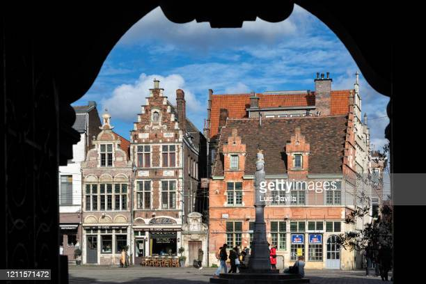 the flashing streetlights of ai nati oggi. ghent. belgium - 東フランダース ストックフォトと画像