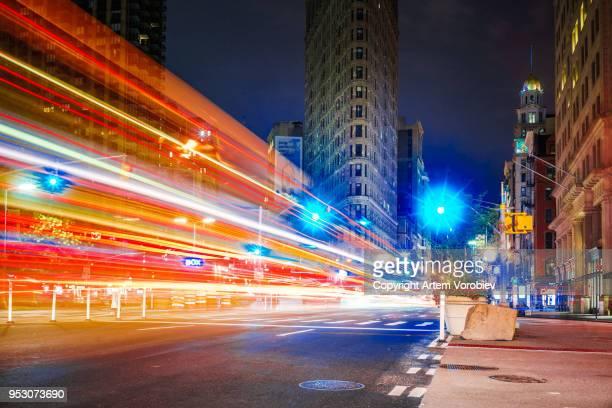 the flatiron district at night - ブロードウェイ ストックフォトと画像