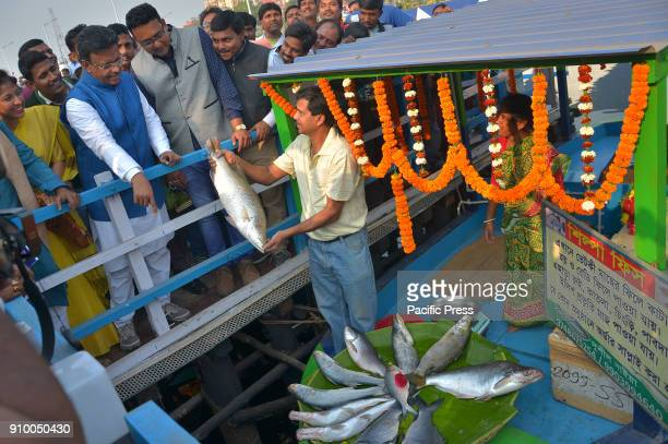 The floating market opened today in Kolkata's Patuli with 280 shops on boatsThe floating market was inaugurated by Chief Minister Mamata Banerjee...