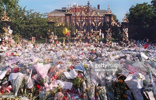 The floral tributes continue to arrive at the paved area in front of Kensington Palace early 02 SEP Tens of hundreds of flowers accompanied by...