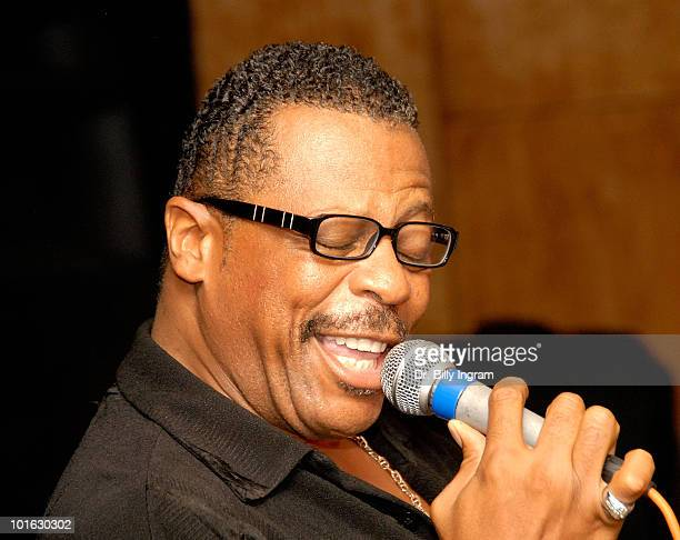 The former lead singer of the Temptations Ali Ollie Woodson performs at the birthday celebration for NBA athlete Bryon Scott on August 4 2008 in Los...