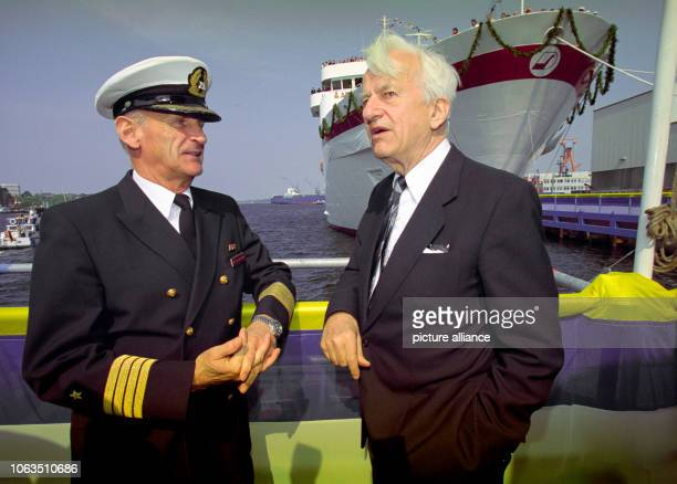 The former president Richard von Weizsäcker in a conversation with captain Immo von Schnurbein in front of the cruise liner Deutschland on the area...