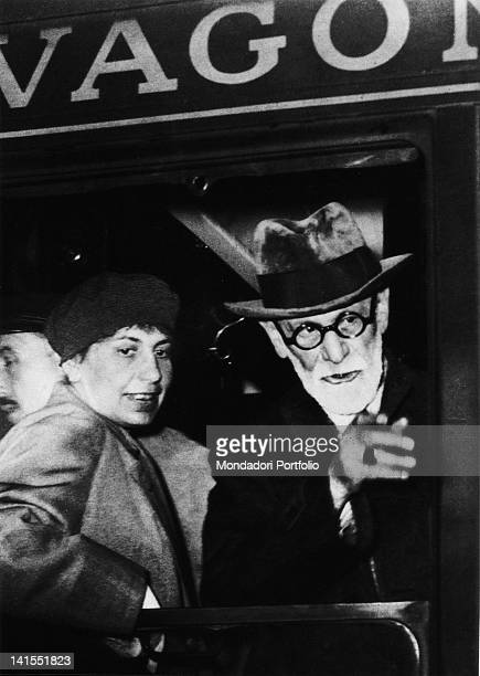 The founder of psychoanalysis Sigmund Freud and his psychoanalyst daugther Anna arriving at the Gare de l'Est train station in Paris Paris 5th June...